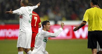 Ronaldo y Pepe protestan una jugada durante el partido. | EFE