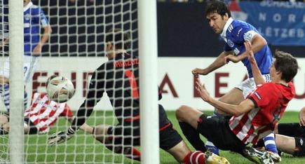 Raúl anota el primero de sus dos goles de la noche. | EFE