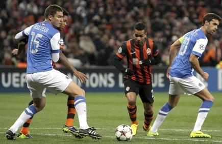 Alex Teixeira (c) se lleva el balón ante Ansotegi y Xabi Prieto. | EFE
