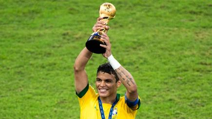 Thiago Silva posa con el trofeo de la Copa Confederaciones. | Cordon Press
