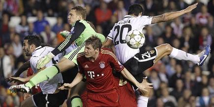 Los jugadores del Bayern luchan por un balón.  EFE