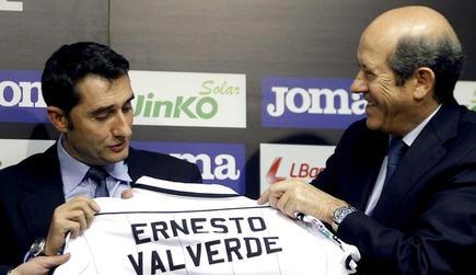 Ernesto Valverde, junto a Manuel Llorente en su presentación con el Valencia. | EFE