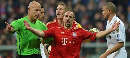 Webb, ante las protestas de los jugadores del Bayern. | EFE