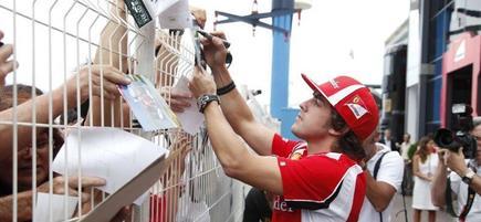 Alonso, firmando autógrafos. | Archivo