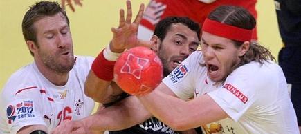Sarmiento disputa un balón con Hansen y Nielsen. | EFE