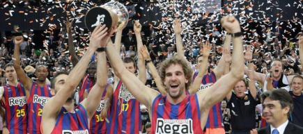 Los capitanes del Barça levantan el trofeo de la ACB. | EFE