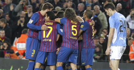 Los jugadores del Barça abrazan a Cesc tras un gol. | EFE