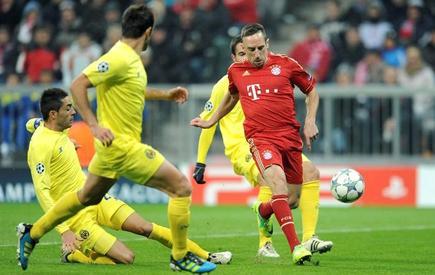 Ribery, ante los defensas del Villarreal. | EFE