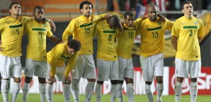 Los jugadores brasileños durante la tanda de penaltis ante Paraguay. | EFE