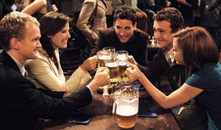 Los protagonistas de 'Cómo conocí a vuestra madre' brindando en su bar, McLaren's