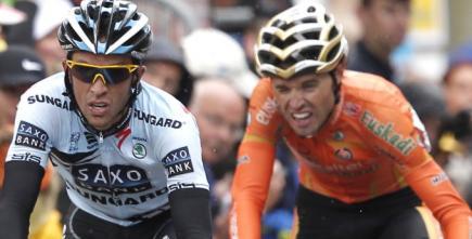 Alberto Contador (i), rivaliza con su compatriota Samuel Sánchez.   EFE