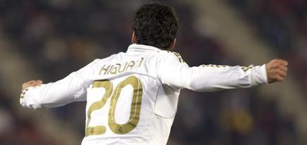 Higuaín celebra un tanto con la camiseta del Real Madrid. | EFE