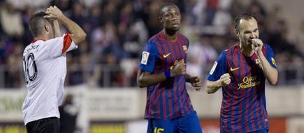 Iniesta celebra su gol ante Keita.   EFE