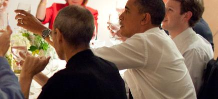 Steve Jobs, Barack Obama y Mark Zuckerberg en una cena en Woodside, California. | Pete Souza/Casa Blanca