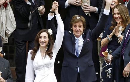 McCartney y Shevell saludaron a la salida de la ceremonia | Efe
