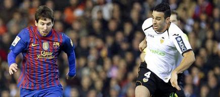 Messi lucha por un balón con Rami. | EFE