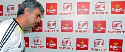 Jose Mourinho entra en la sala de prensa de Mestalla. | EFE