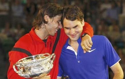 Nadal se ríe con Federer tras ganar un trofeo. | Archivo