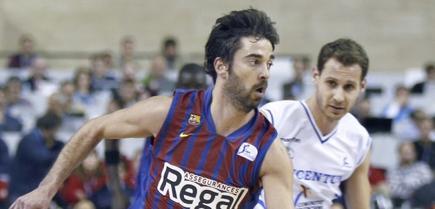 Juan Carlos Navarro (i) controla el balón junto al base Pedro LLompart. | EFE