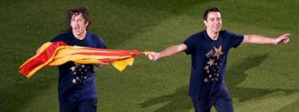 Puyol y Xavi, con la 'senyera' en el Camp Nou. | EFE