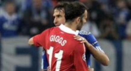 Raúl y Giggs se abrazan al finalizar el encuentro. | EFE