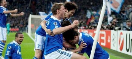 Los jugadores del Schalke abrazan su ídolo Raúl. | EFE
