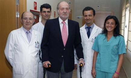 El Rey, con sus muletas, una vez salió del hospital | Archivo