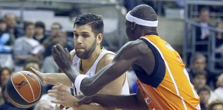 Felipe Reyes (i) intenta penetrar a canasta ante la defensa de Michel Diouf. | EFE