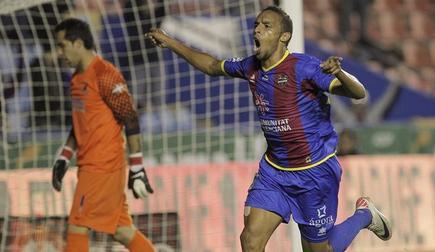Valdo celebra el gol marcado ante la Real Sociedad. | EFE