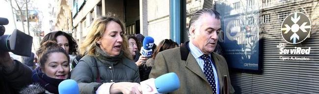 Luis Bárcenas perseguido por la prensa