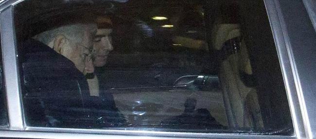 Mario Monti, en el coche oficial, al poco de anunciar su decisión de dimitir | EFE
