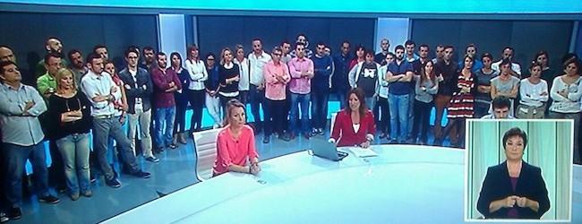Trabajadores de Canal 9 en el plató durante el informativo