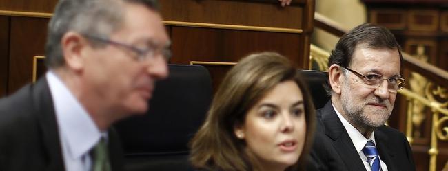 Rajoy en su escaño, junto a otros miembros del Gobierno | D. Crespo