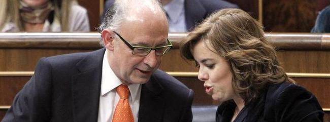 El ministro Montoro y la vicepresidenta Sáenz de Santamaría, en el Congreso.