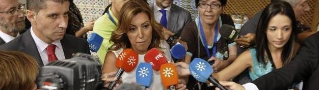 Susana Díaz, rodeada de micrófonos de Canal Sur.   EFE
