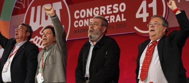 Antonio Retamino, primero por la derecha, junto a Cándido Méndez, en el congreso de UGT. | Efe-Archivo