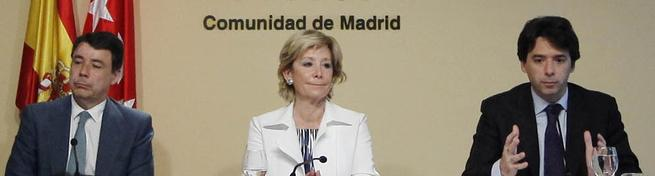 Esperanza Aguirre, entre Ignacio González y Percival Manglano, este jueves.