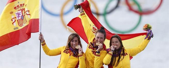 Las regatistas españolas celebran el triunfo. | EFE