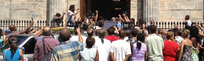 El cuerpo de Payá llega a la iglesia   @Yoanisanchez
