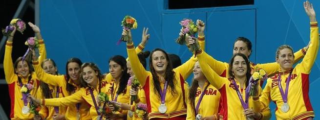 Las jugadoras celebran la medalla de plata conquistada. | EFE