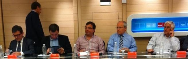 Foto que ha colgado Patxi López en Twitter. Se ve al fondo a un Zapatero cabizbajo.