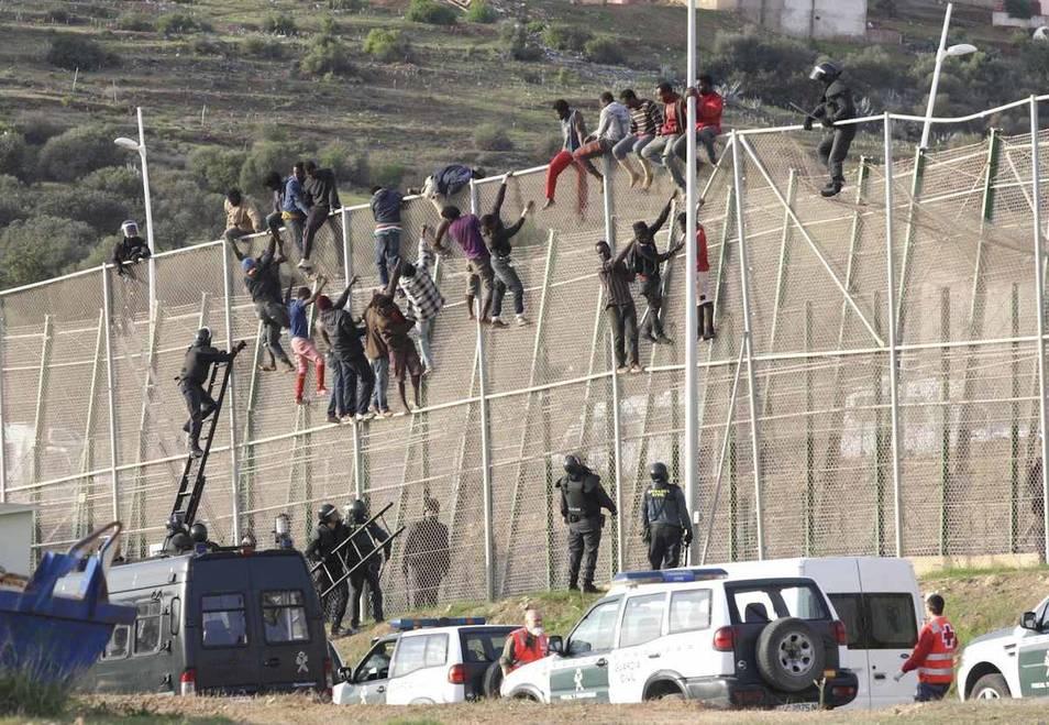 Interior retirará las concertinas de las vallas de Ceuta y Melilla sin concretar qué las sustituirá Valla-melilla-asalto-violento-inmigrantes-151014ok