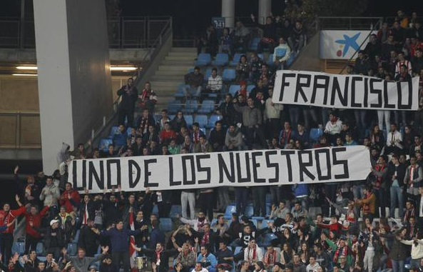La afición del Almería en desacuerdo con el cese de Francisco.