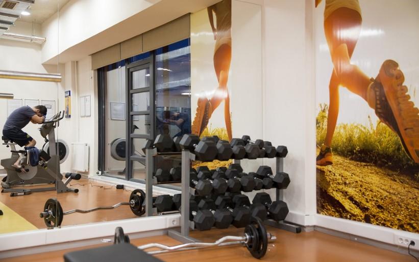 consejos para dise ar y decorar tu propio gimnasio en casa chic. Black Bedroom Furniture Sets. Home Design Ideas