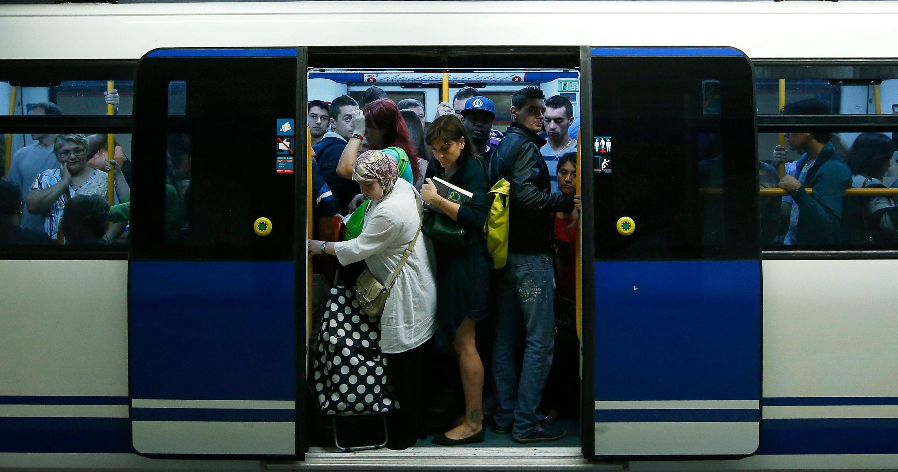 El globo de un niño paraliza la línea 2 de Metro en plena hora ...