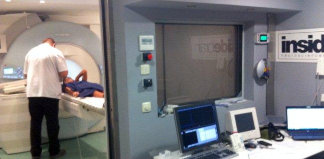 Un voluntario siendo sometido a una resonancia magnética funcional