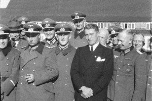 Von Braun, rodeado de oficiales en la base de Peenemünde