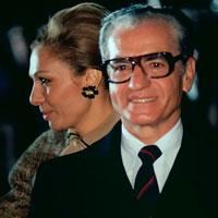 Reza Pahlevi y Farah Dibah en EEUU en 1977