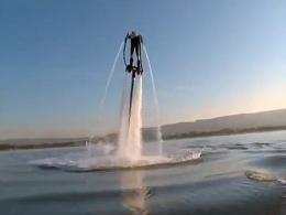 Increíbles acrobacias acuáticas con Flyboard
