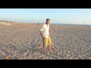 Beckham practica la puntería en la playa